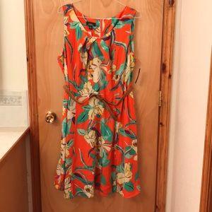 Sleeveless polyester belt at the waist dress.